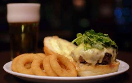 <p><strong>Dublin:</strong>hambúrguer de costela (R$ 29): 180g de costela moída, maionese de mostarda (feita com grãos de mostarda), rúcula, queijo e onion rings, servido no pão de hamburguer</p>