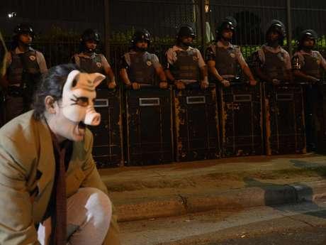 <p>Cerca de 500 manifestantes ligados a vários movimentos sociais participaram, na noite desta quinta-feira, de um protesto pela democratização da mídia em frente à sede da Rede Globo, na zona sul de São Paulo</p>