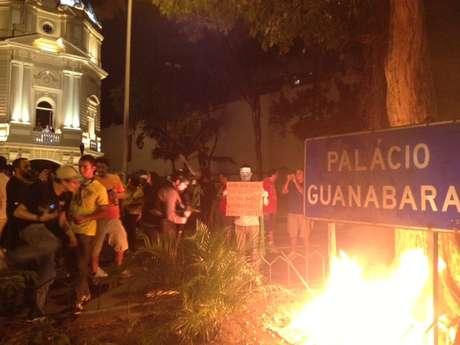 <p>Boneco representando Cabral foi incendiado em frente à sede do governo do Rio de Janeiro</p>