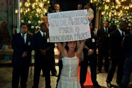 <p>Seguranças observam manifestante vestida de noiva em frente à Igreja do Carmo, no Rio</p>
