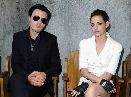 <p>Michael Pitt e Kristen Stewart no Paris Fashion Week</p>