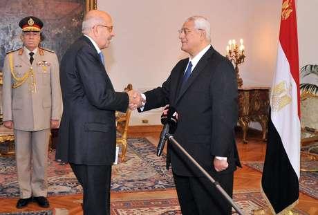 ElBaradei (E) é empossado vice-presidente interino por Mansour