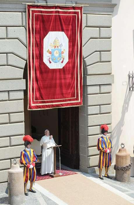 Papa realiza seu primeiro Angelus em Castel Gandolfo, a residência de verão papal