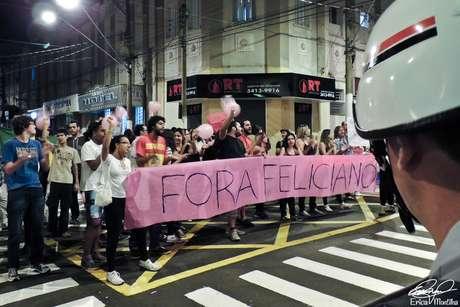 Manifestantes saíram às ruas em passeata contra a presença do deputado na cidade