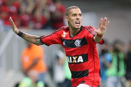 Paulinho abriu o placar para o Flamengo no primeiro tempo em Brasília