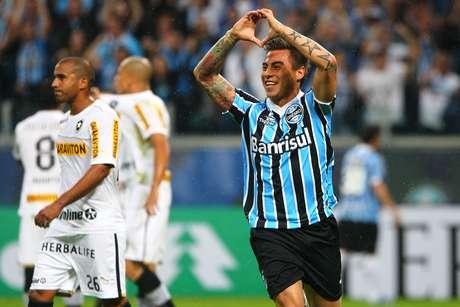 <p>Chileno Vargas anotou dois gols para o time gaúcho ainda no primeiro tempo</p>