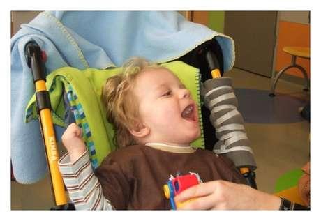 Dois meses após início de tratamento, menino que sofreu paralisia cerebral já sorria e balbuciava algumas palavras