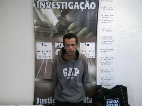 Suspeito foi preso em Minas Gerais após tentar roubar um carro em frente à delegacia