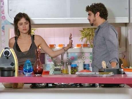 Patrícia (Maria Casadevall) termina com Michel (Caios Castro) após descobrir que ele é casado com Silvia (Carol Castro)