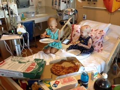 """<p>Outras crianças foram ao quarto de Hazel participar da """"festa da pizza""""</p>"""