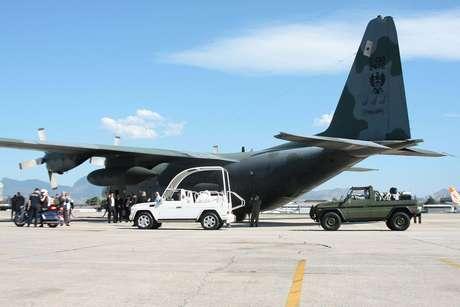 <p>Avião da FAB pousou na Base Aérea do Galeão na segunda-feira trazendo os veículos que serão usados pelo Papa Francisco durante visita ao Brasil</p>
