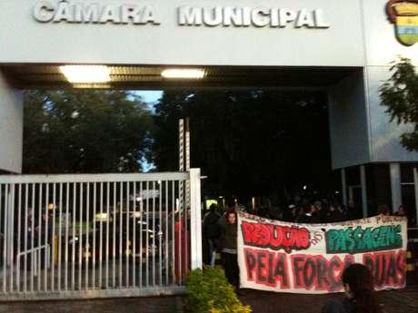 Com faixas na porta de entrada da Câmara, manifestantes montaram check-in e barraram imprensa e partidos políticos