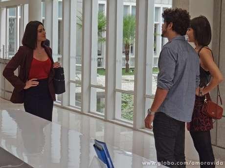 Silvia (Carol Castro) contará a Patrícia (Maria Casadevall) que é casada com Michel (Caio Castro)