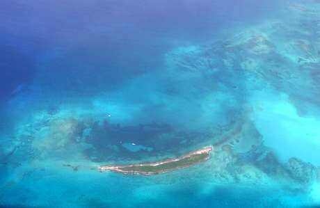 <p><strong>Andros, Bahamas</strong><br />Composto por três ilhas principais e centenas de ilhas e ilhotas, o arquipélago Andros conta com a terceira maior barreira de coral do mundo, com 225 km de extensão, e numerosos buracos azuis explorados pela primeira vez por Jacques Cousteau num verdadeiro paraíso para mergulhadores. A maioria do arquipélago permanece intocada, com florestas subtropicais com mais de 50 espécies de orquídeas, além de praias paradisíacas</p>