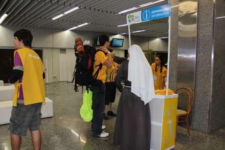 Peregrinos na Fun Zone do terminal 1 do aeroporto do Galeão, área destinada à recepção dos que chegam para a JMJ
