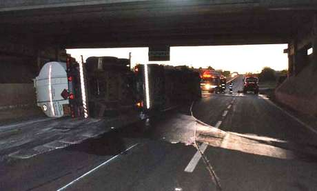 Ao fazer a curva e passar por um desnível do asfalto, o motorista perdeu o controle de veículo, causando o acidente