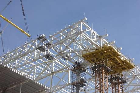 <p>16 de julho de 2013: com 82% das obras concluídas, a Arena Corinthians iniciou a instalação das estruturas metálicas do suporte dacobertura no setor sul das obras</p>