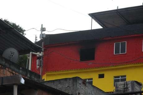 <p>Incêndio atingiu prédio do Afroreggae no Complexo do Alemão, em julho</p>