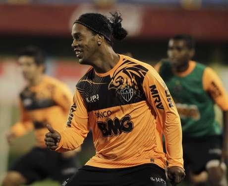 Torcedores presentes no treinamento do Atlético-MG gritaram por Ronaldinho, o preferido da torcida