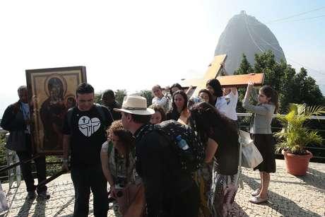 A cruz peregrina, símbolo da Jornada Mundial da Juventude (JMJ), visitou nesta quarta-feira o Morro da Urca, no Rio de Janeiro, aos pés do emblemático Pão de Açúcar