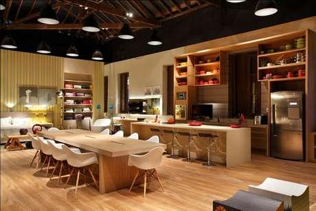 <p>O balcão amplia e integra os ambientes da casa</p>