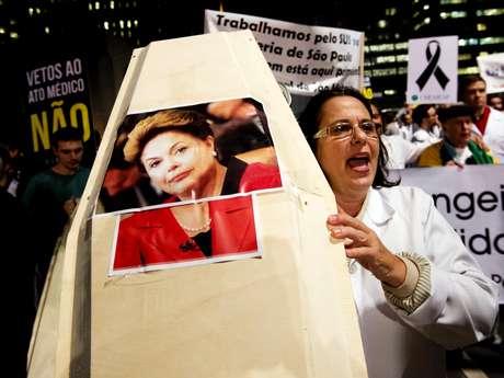 <p>Em protesto em S&atilde;o Paulo, manifestantes exibiram caix&otilde;es com rostos dos ministro Alo&iacute;zio Mercadante e Alexandre Padilha, al&eacute;m da presidente Dilma Rousseff</p>