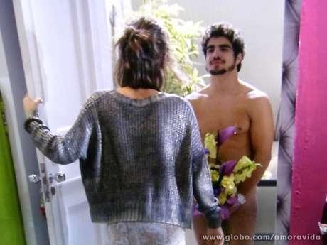 Michel (Caio Castro) não desiste de conquistar Patrícia (Maria Casadevall) e aparece nu e com um buquê de flores na casa dela