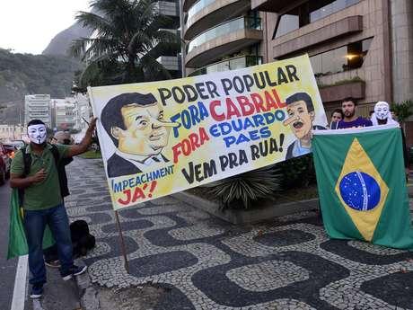 Um grupo de cerca de 200 manifestantes se concentrou na avenida Delfim Moreira, na praia do Leblon, nesta quarta-feira, para mais um protesto contra o governador do Rio de Janeiro Sérgio Cabral (PMDB)