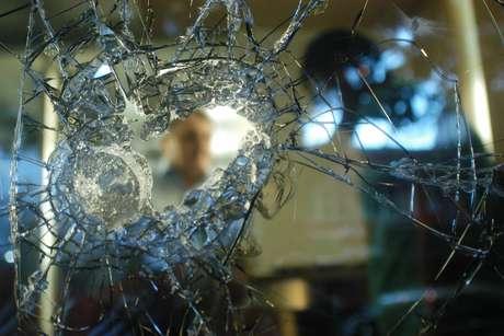 Lojas foram saqueadas, placas de sinalização arrancadas e bancos tiveram vidros e portas quebrados durante protesto no Rio de Janeiro