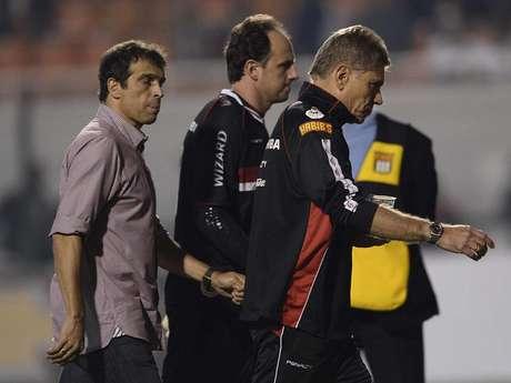 <p>Milton Cruz, Rogério Ceni e Paulo Autuori ficaram desolados com mais uma derrota do São Paulo</p>