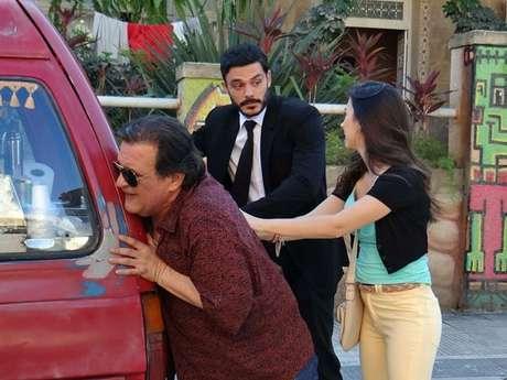 <p>Atílio chama Maciel para empurrar a van</p>
