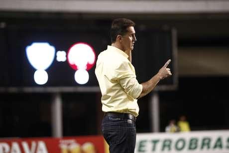 <p>Treinador fez primeira partida no comando do clube paranaense</p>