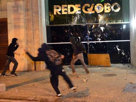 """<p>Além dos danos no prédio da Globo e num veículo do SBT, ônibus foram pichados com a inscrição """"Fora Cabral""""</p>"""
