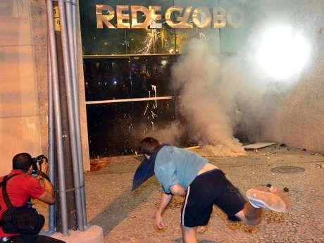 Coquetéis molotov foram lançados e a porta do prédio foi arrombada