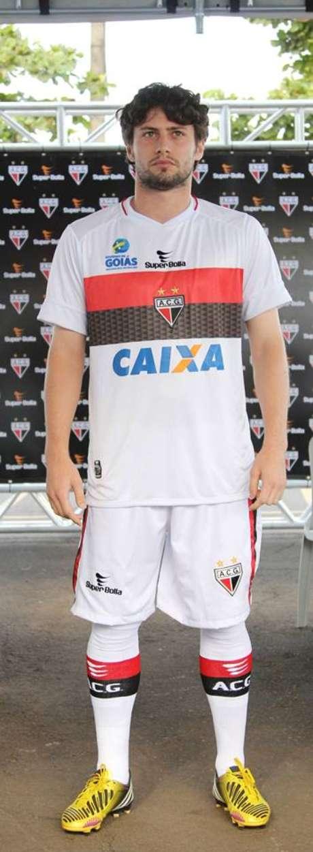 João Paulo posa com uniforme com estampa da Caixa