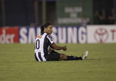 Ronaldinho foi anulado pela marcação do Olimpia e saiu sob vaias no segundo tempo