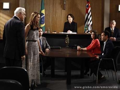 <p>Paloma discute com Bruno no tribunal</p>