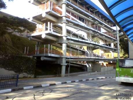 """<p>Rampa prevista no projeto original do terminal de ônibus Cachoeirinhadeveria ter sido concluída no final de 2011, mas segue no """"esqueleto"""" de concreto</p>"""