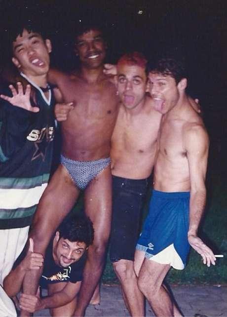 <p>O cantor aparece ao lado de Bento, Sérgio, Samuel e Dinho</p>