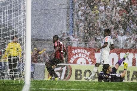 <p>A partida foi realizada sob muita chuva, e o gramado ficou encharcado, com muitas poças</p>
