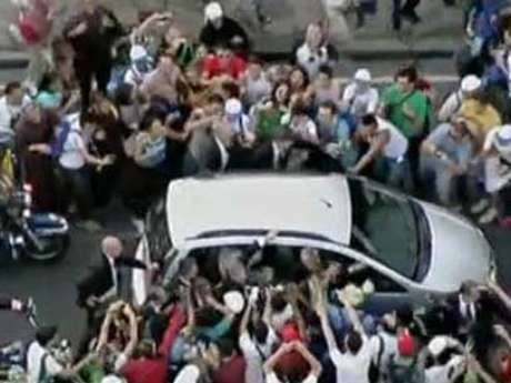<p>Carro que levava o Papa ficou preso em congestionamento na segunda-feira</p>