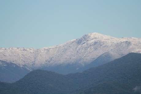 Morro do Cambirela, em Palhoça (SC), amanheceu coberto de neve e pode ser visualizado de Florianópolis
