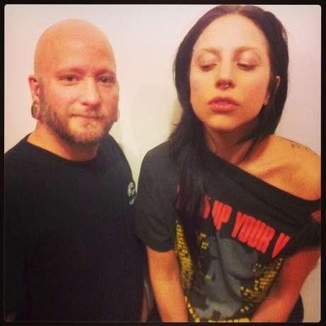 Lady Gaga fez um piercing