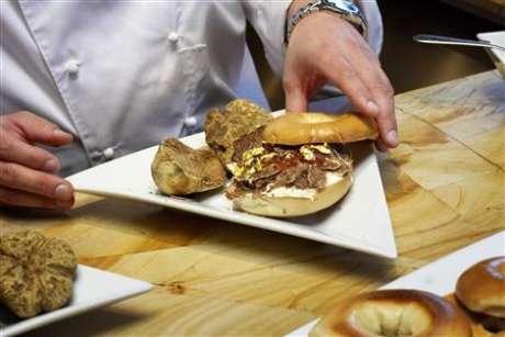 <p><strong>Bagel de trufa. </strong>Frank Tujague, chef neoyorkino, creó una versión de lujo de uno de los platillos más populares en Nueva York. Este bagel contiene queso crema de trufa blanca y jalea de bayas goyi con hojas doradas. Cuesta mil dólares, y las ganancias fueron destinadas a proveer becas para estudiantes de cocina.</p>