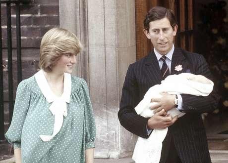 Na apresentação de William, o príncipe Charles posou com o filho nos braços