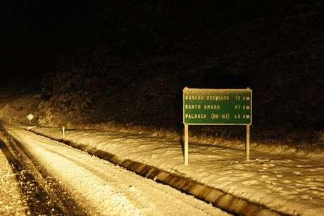 <p>Em Santa Catarina, rodovias chegaram a serfechadaspor causa da grande quantidade de neve que caiu</p>