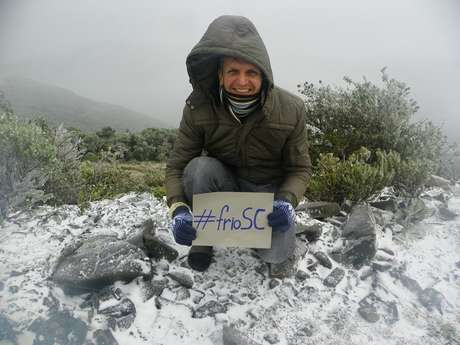 <p>Morador posa para foto em meio &agrave; neve em Urupema, Santa Catarina</p>