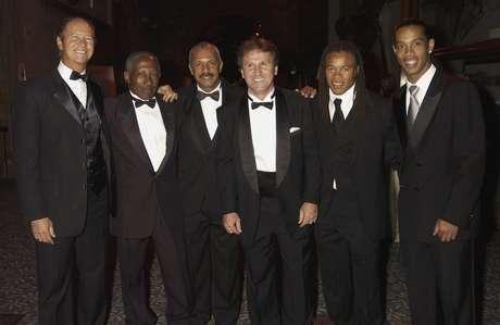 Da esquerda para a direita: Falcao, Djalma Santos, Junior, Zico, Edgar Davids e Ronaldinho posam para foto em festa da Fifa em Londres, em 2004