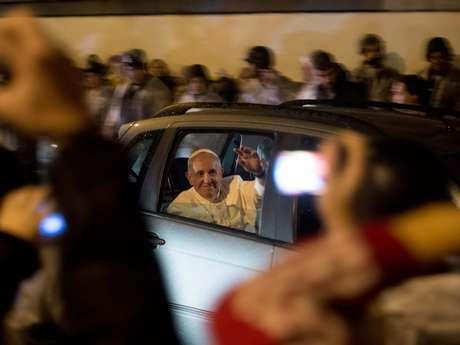 <p>Papa Francisco circulou pelas ruas do Rio de Janeiro com a janela do carro aberta</p>