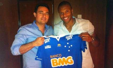 <p>Meia-atacante revelado pelo São Paulo posou para foto com dirigente do Cruzeiro</p>